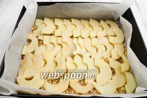 Разложить по всей поверхности подготовленные яблочные дольки.