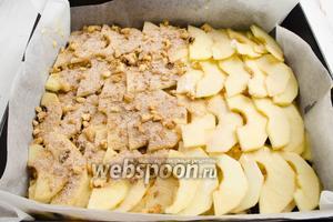 И последним слоем посыпать яблоки ореховой смесью.