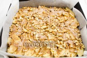 Пирог поставить в горячую духовку. Выпекать 1 час 15 минут при температуре 175 °C.