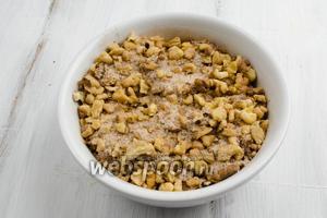 Орехи перемешать с коричным сахаром.