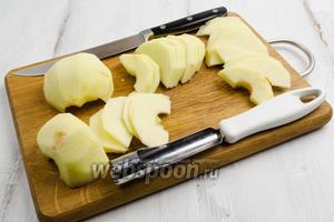 Яблоки вымыть. Вынуть сердцевину. Очистить от кожуры и нарезать полудольками, толщиной 1 мм. Выложить дольки в глубокую посуду. Пересыпать (подсушить) их крахмалом.