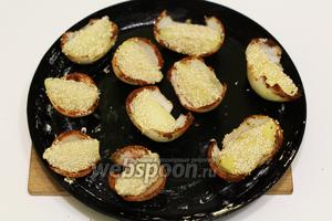 Форму для запекания смазываем сливочным маслом. Укладываем дольки картофеля в луковые колыбельки. Отправляем в горячую духовку на 180-200ºC, до запекания картофеля.
