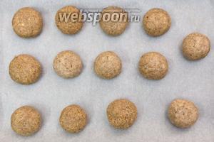 Из теста скатываем небольшие шарики, слегка приплюснув. Выкладываем на противень. Выпекаем в разогретой до 180°C духовке 12-15 минут.
