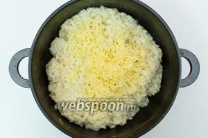 Рис готов. Добавим натёртый на мелкую тёрку сыр. Хорошо перемешаем. Я не солила рис, потому что сыр достаточно солёеный. Если вам кажется иначе, пробуйте и солите по вкусу.