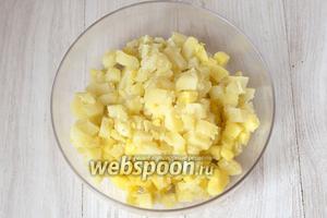 Также предварительно отвариваем картофель и яйца. Картофель нарезаем кубиками и кладём в глубокую ёмкость.