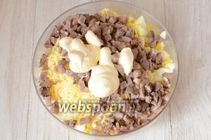 Заправляем салат майонезом, солим по вкусу.