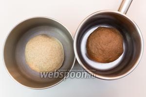 Оба вида теста готовы. Это 2 одинаковых по размеру и разных по цвету колобка. Выкладываем их в миски, смазанные маслом, накрываем плёнкой и ставим в тёплое место на 1 час.