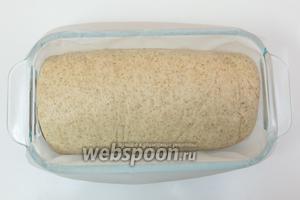 Выкладываем в форму, застеленную пергаментом. Накроем полотенцем и оставим в тёплом месте на 20-30 минут.