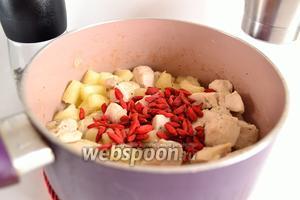 Положить в сотейник ягоды годжи. На этом этапе я всё же слегка подсолю курицу и добавляю свежемолотый чёрный перец. Перемешивать всё.