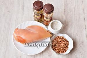 Для приготовления куриных тефтелей с гречкой вам понадобится куриное филе, соль, гречка, красный молотый перец и смесь хмели-сунели.