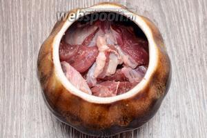 Кладём нарезанную говядину в горшочек для запекания.