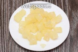 Нарезаем мелкими кубиками кольца ананаса.