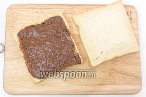 На хлеб намажем пасту, накроем вторым кусочком хлеба.