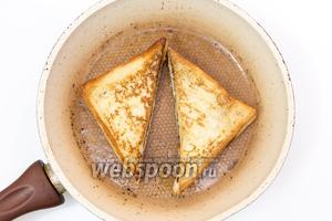 Обмакиваем каждый кусок в молочно-яичную смесь и жарим на подсолнечном масле с двух сторон до готовности.