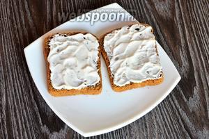 Смазываем хлеб сметанно-грибным соусом.