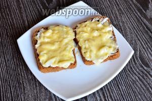 Ставим хлеб в микроволновку на 1 минуту, чтобы расплавился сыр.