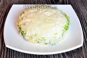 Затем переворачиваем салат на плоское блюдо.