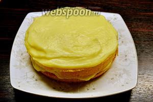 2 нижних коржа смазать кремом и сложить в торт. Третьим коржом накрыть смазанный кремом второй корж и ничем не смазывать!