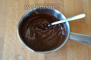 Приготовить глазурь — поставить на водяную баню поломанный шоколад и сливки и довести, при помешивании, до однородности консистенции.