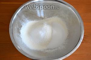 В миску просеять муку и разрыхлитель, добавить 50 г сахара.
