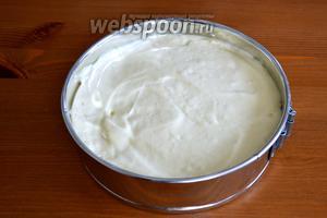 Дно формы (24 см диаметром) проложить пекарской бумагой и слегка смазать растительным маслом, бока не смазывать! Выложить тесто в форму и выпекать бисквит в разогретой до 175°C духовке минут 30-40. Готовность бисквита проверить деревянной шпажкой.