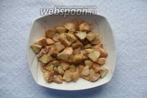 Яблоки моем, чистим от кожуры и нарезаем маленькими кусочками. К яблокам добавляем муку, корицу и 2 ст. л. сахара. Всё смешиваем.