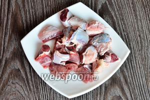 Подготавливаем все необходимые ингредиенты. Мясо промываем и нарезаем небольшими кусочками.