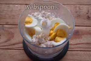 Добавляем отварное яйцо и снова перебиваем до однородности. Если яйцо использовать горячее, то сметана почти не понадобится. Добавьте соль, перец, хмели-сунели по вкусу.