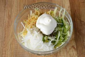В глубокий салатник перекладываем овощи, заправляем майонезом.