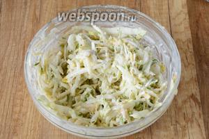 Хорошо перемешиваем. Даём салату настояться около 10 минут в холодильнике. Приятного аппетита!
