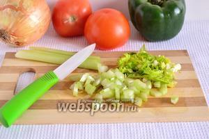 Стебель сельдерея нарезать произвольно достаточно мелко. Порубить зелень. Если у вас есть корень сельдерея, то его тоже можно добавить чуточку.