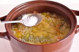 После 10 минут кипения, возможны 2 варианта. Первый мега полезный — это приправить суп специями и суп готов. Второй — солим по вкусу, добавляем специи и варим ещё на медленном огне до мягкости овощей. Я пошла по второму пути.