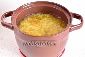 В конце варки добавить зелень. Когда овощи станут мягкими, суп готов.