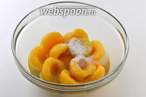 Соединить персики, 150 мл персикового сиропа, сахар и лимонную кислоту.