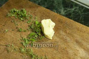 Включаем духовку на 180°С. Пока фарш остывает, закончим с картофелем. Порежем отдельно стебли и листья маленького пучка майорана (их можно заменить кинзой).