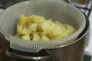 Картофель сливаем через дуршлаг в большую кастрюлю и держим её над горячим отваром, пока обжариваем зёрна горчицы и стебли майорана.