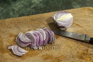 Режем «пёрышком» 1/2 фиолетового лука.