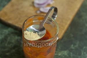 В заправку из перца, лука и чеснока добавляем порошок сухого имбиря.