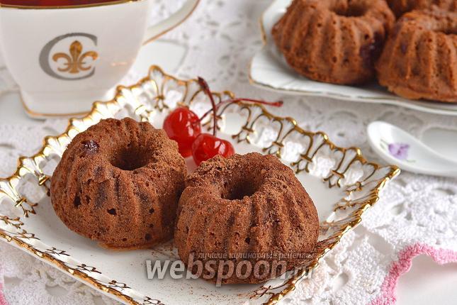 Фото Шоколадные маффины с консервированной вишней