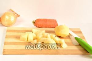 Картофель очистить и нарезать кубиком. Отправляем его в кипящую воду, которая уже стоит на плите в кастрюле.