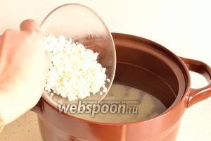 В бульон к картофелю добавить рис.