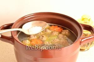 Если будет немного пены, то её убираем. И вот теперь солим бульон по вкусу и добавляем специи. Варим суп минут 20 до готовности риса.