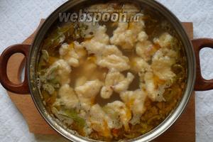 Затем добавляем в суп тесто. Добавляем тесто по 0,5 чайной ложки. Клёцки при варке увеличиваются.