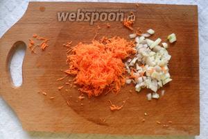 Лук мелко нарезать, морковь натереть на тёрке.