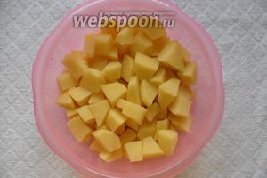 Картофель очистить, нарезать небольшими кусочками. Добавить в суп.