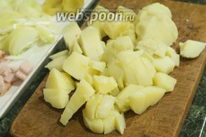 Так же режем очищенный от «мундиров» картофель.
