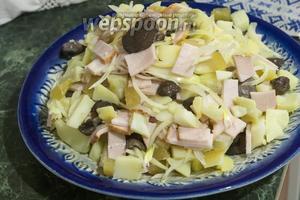 Выкладываем салат на блюдо или в порционные тарелки, салатники.