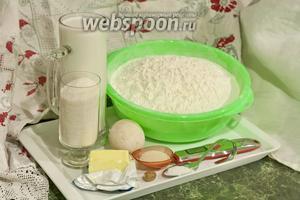 Подготовим всё, что пригодится в этом сдобном тесте: процедим свежее козье молоко, вымоем щёткой гусиное яйцо, нагреем до комнатной температуры сливочное масло.