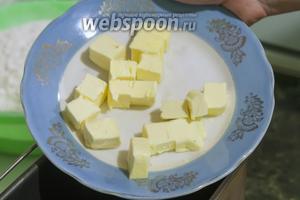 Сливочное масло разделим на кусочки и добавим его к яйцу.