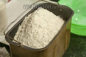 Поверх жидкости насыпаем просеянную муку высшего сорта (пекарскую). Для этого вида теста лучше выбирать муку кремоватого оттенка. Она называется крупчаткой.